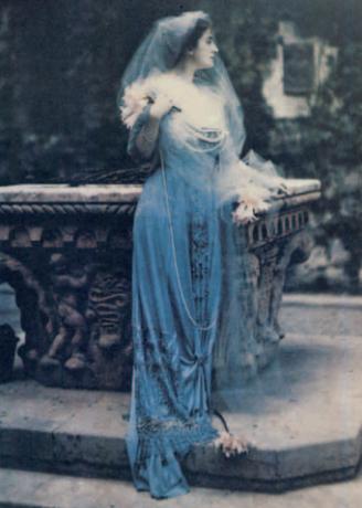 Matka Viscontiho Carla Erba v zahradě rodinného hradu Grazzano 1911